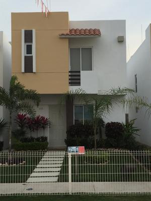 Enorme Casa Súper Ubicada, 3 Recámaras Y 2.5 Baños!