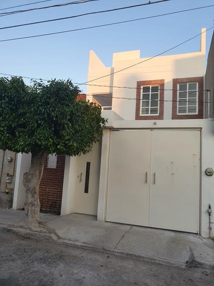 Casa De 4 Habitaciones, 3 Baños, 3 Niveles, Todo En Regla.
