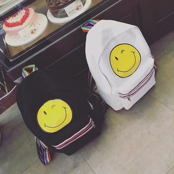 Mochilas Happy Emoji Con Bolsillo Frontal Y Tiras Multicolor