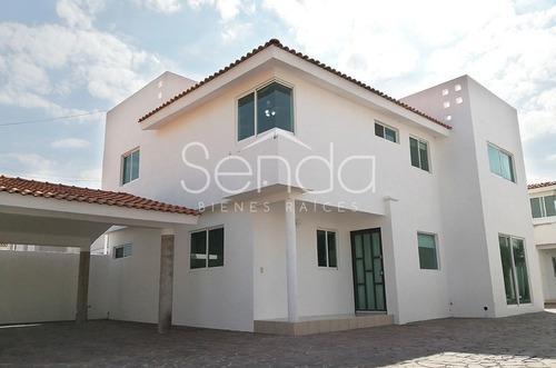 Casa En Venta De 3 Recámaras En Villas De Irapuato