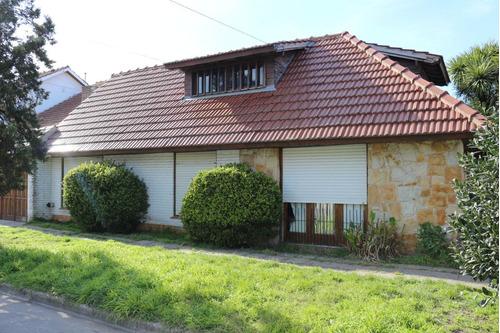 Casa A Reciclar O Demoler 4 Amb. En Esquina .zona Residencial.pleno Sol .garage Doble