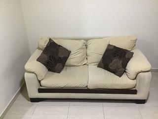Sofa De Dos Puestos De 5 Años De Uso En Buen Estado