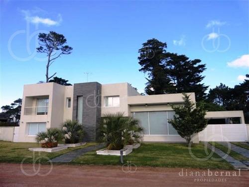 Casa En Mansa, 4 Dormitorios, Piscina Climatizada, En Barrio Privado, Punta Del Este- Ref: 42812