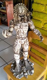 Escultura De Depredador Hecha En Hueso