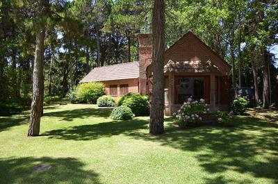 Casa En Cariló De 4 Ambientes Y Dos Baños (1 En Suite)