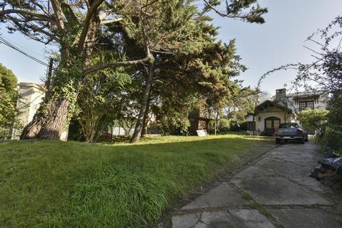 Casa Con Gran Jardín, En La Esquina De Av. Alberdi Y Ancona