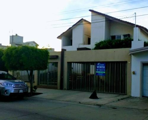 Residencia En Exelente Ubicacion, 4 Recamaras, Col. Centro.