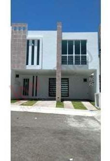 Casa En Venta En Privada Con Vigilancia, Fracc. Zibata