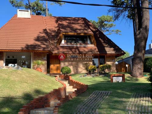 Casa Muy Iluminada Y Excelente Construccion- Ref: 6773