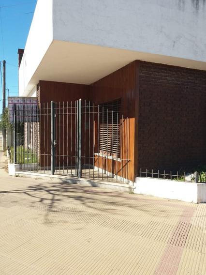 Amplia Casa 3 Ambientes 2 Cocheras Calle Principal