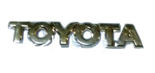 Emblema O Letras Toyota Dorado.