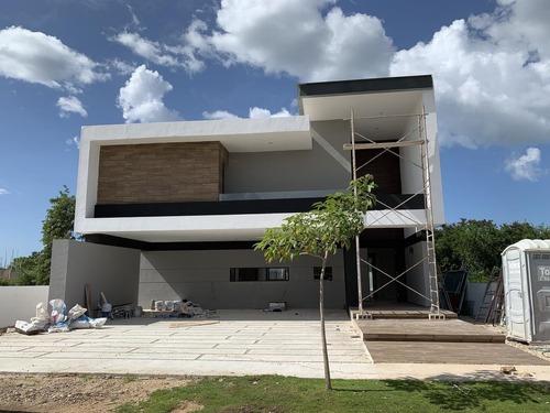 Residencia En Venta En Club De Golf Yucatán Country Club!!