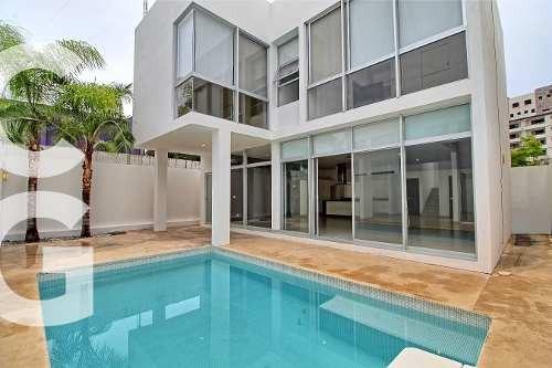 Casa En Venta En Cancun En Residencial Cumbres Con Alberca