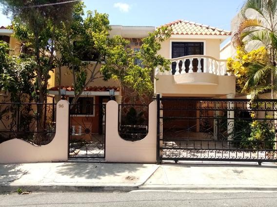 Casa De Dos Niveles Con Patio