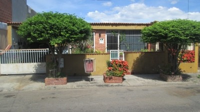 Jc Vende Amplia Casa En Las Quintas Naguanagua Cod 299369