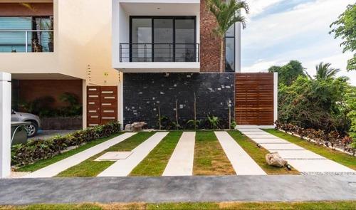 Casa En Venta Con Alberca Propia En Privada En El Encuentro En Playa Del Carmen