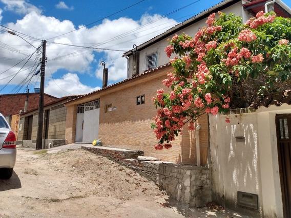 Casa Térrea Com Dois Apartamentos No Primeiro Andar