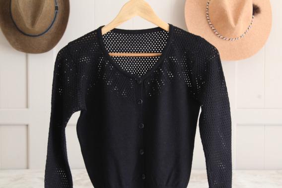 Sweater Corto Negro Con Botones Abierto Adelante Y Cuello V