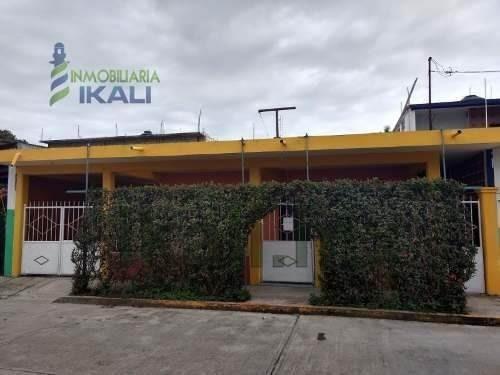 Vendo Casa 1 Planta 2 Recamarás Col. Adolfo Ruiz Cotines Tuxpan Veracruz. Casa De Una Planta, Cuenta Con Estacionamiento Para 3 Automóviles, Sala Y Comedor, Cuenta Con Una Cocina Integral, Tiene 2 Re