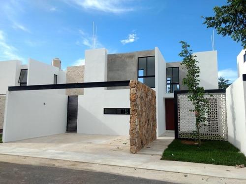 Hermosa Casa En Privada Zelena,conkal Con 3 Recamaras Y Alberca