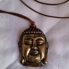 Colar Com Budha Em Metal Bronzeado , Mede20 X 27 Mm, Presa