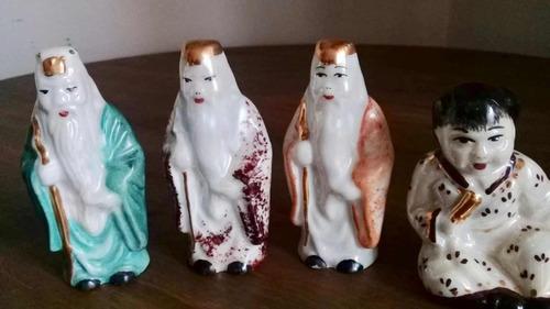 Imagem 1 de 3 de Kit 4 Estatuetas Japonesas Porcelana 9cm Pintado À Mão