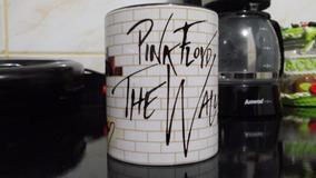Caneca The Wall - Pink Floyd - Interior E Alça Preta