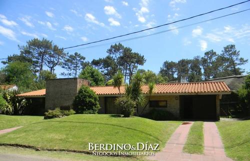 Chalet En Zona Pinares De Punta Del Este- Ref: 948