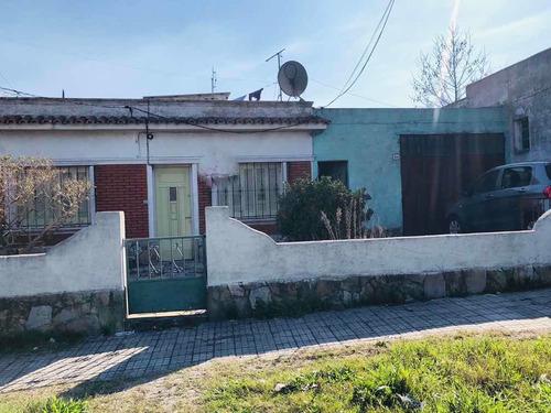 Ortiz De Zarate Y Fco Pla. Casa De 2 Dorm Y Garaje Camión