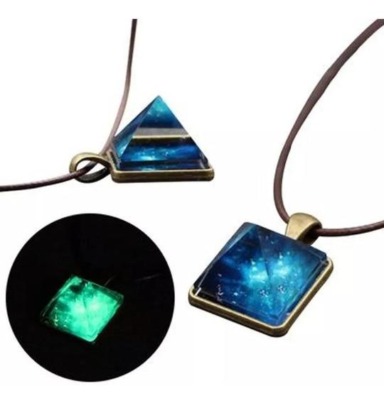 Colar Pingente Piramide Cósmica Brilha No Escuro Azul/ Verde