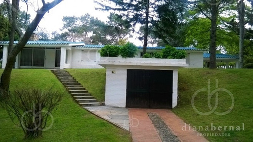 Punta Del Este, Chalet De 5 Dormitorios Y Piscina-- Ref: 54164