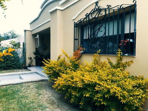 Casa De Estilo Colonial En Barrio Residencial