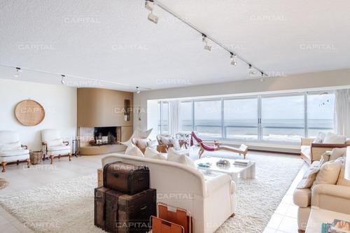Venta De Amplio Apartamento Sobre Playa Brava Íntegramente Reciclado- Ref: 30942