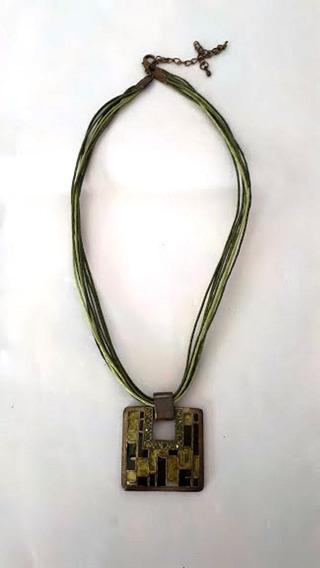 Colar Cordão Verde Pendante Em Metal Quadrado Verde