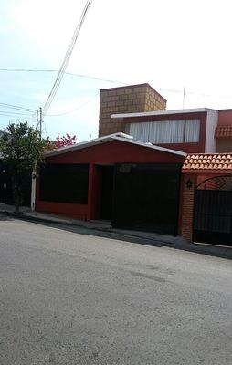 Bonita Casa De 2 Niveles, 3 Rec. 2.5 Baños, Terminada