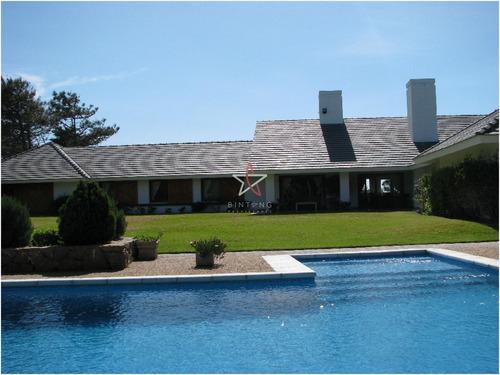 Casa En Venta Y Alquiler Punta Del Este , Zona De Playa Brava, Hermosa Vista Al Mar. U$s 1.500.000- Ref: 687