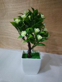 Decoración Arbolito Artificial Con Flores Blancas.