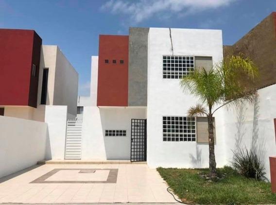 Casa 3 Recámaras 2 Y Medio Baños, Amplio Jardín