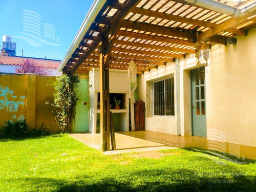 Imagen 1 de 8 de Casa - 4 Ambientes- Con Cochera- Galeria- Parrilla- Pileta- Florida
