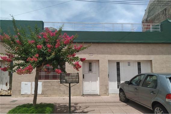 Casa Con Jardín Y Pileta En Caseros
