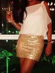 Vestido Feminino Com Detalhes Em Paetês Dourados