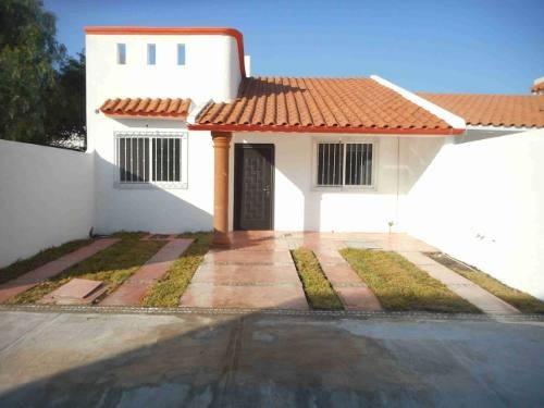 Casa De Una Planta En Las Trojes, 3 Recámaras, Jardín, Roof