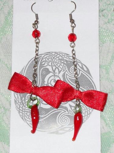 Imagen 1 de 2 de Aretes Largos Rojos Con Figura De Cristal