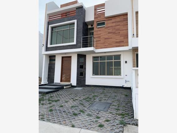 Casa Sola En Venta Equipada. Terraza 3 Niveles Con Hermosa Vista Y Frente A Área Verde.