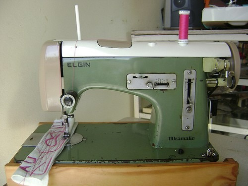 Maquina De Costura Elgin Ultramatic Antiga Com Movel.