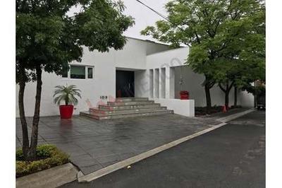 Hermosa Residencia En Venta En Villa Montaña 1er Sector, 3 Recamaras, Cuarto De Tv, Dos Salas, Lavanderia, Cuarto De Servicio, 2 Plantas, $30,000,000 Mxn