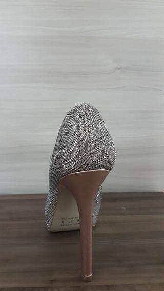 Sandalia Salto Fino Brilhosa Na Cor Dourada