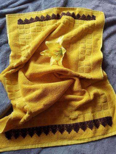 Imagem 1 de 4 de Toalha De Piso Amarela 50x80cm Com Guipir Marrom