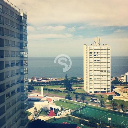 Apartamento En Playa Mansa En Alquiler- Ref: 2956