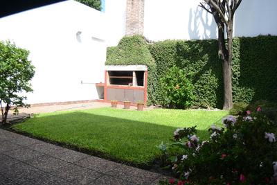 Camacua Al 700- Casa De 6 Ambientes En Flores Con Jardín Parquizado Y Cochera/ Excelente Estado